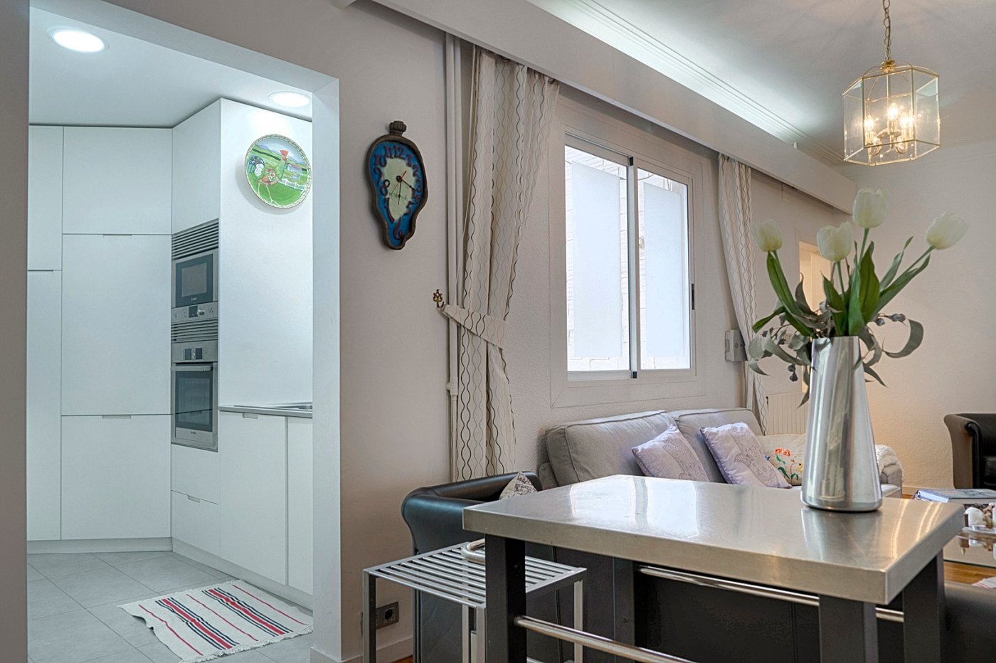 In Paseo de Sant Joan in a post-functionalist estate of the 50s, we find this magnificent exterior house of 110 m2.~ Enjoy a lot of light and with beautiful views of the majestic passage of Sant Joan from the balcony.~ The property is distributed in